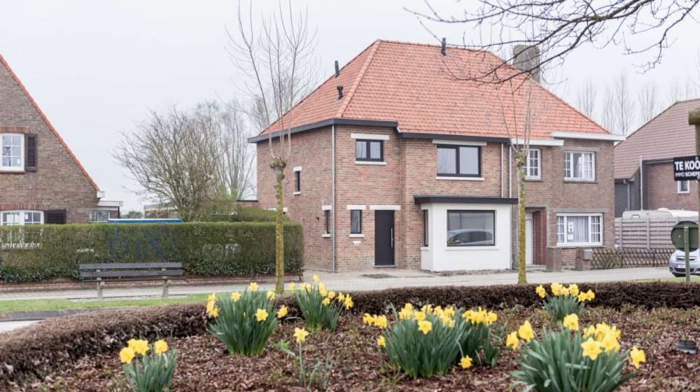 Ruime halfopen bebouwing met garage in De Haan